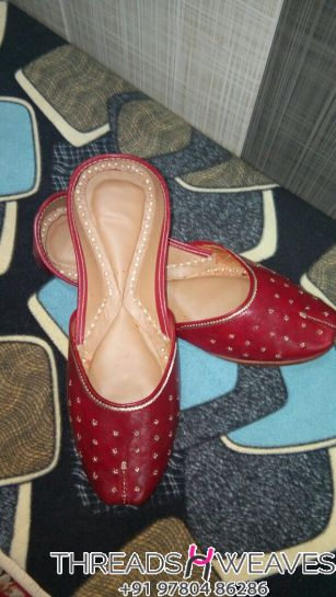 Red leather jutti for mutiyar